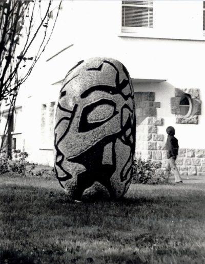 Round form, polychrome granite, 1972, school, Carantec